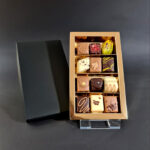 12 luxe bonbons (zwarte deksel goud interieur)