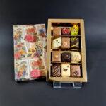 12 luxe bonbons (bloemmotief deksel goud interieur)