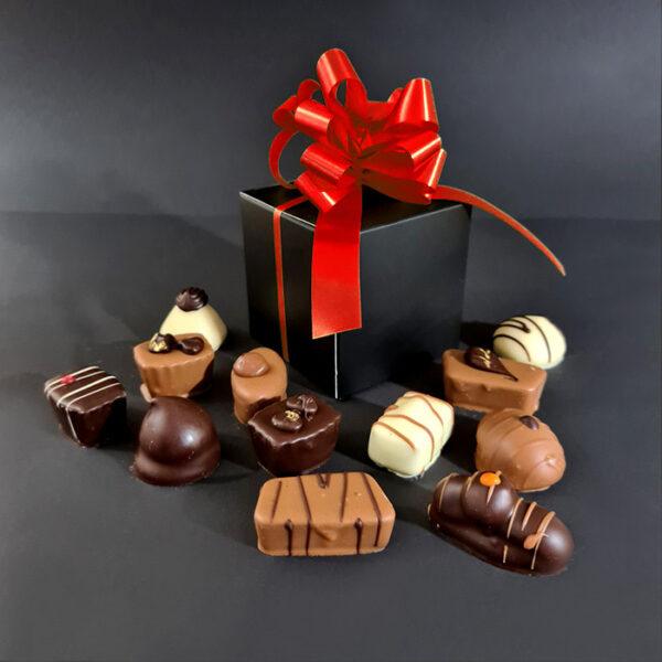 12 luxe bonbons in doosje met rode strik